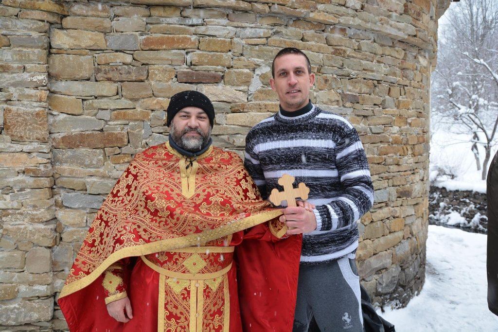 """Даниел Димитров извади кръста на Йордановден в реката в ЕМО """"Етър"""" © ЕМО Етър"""