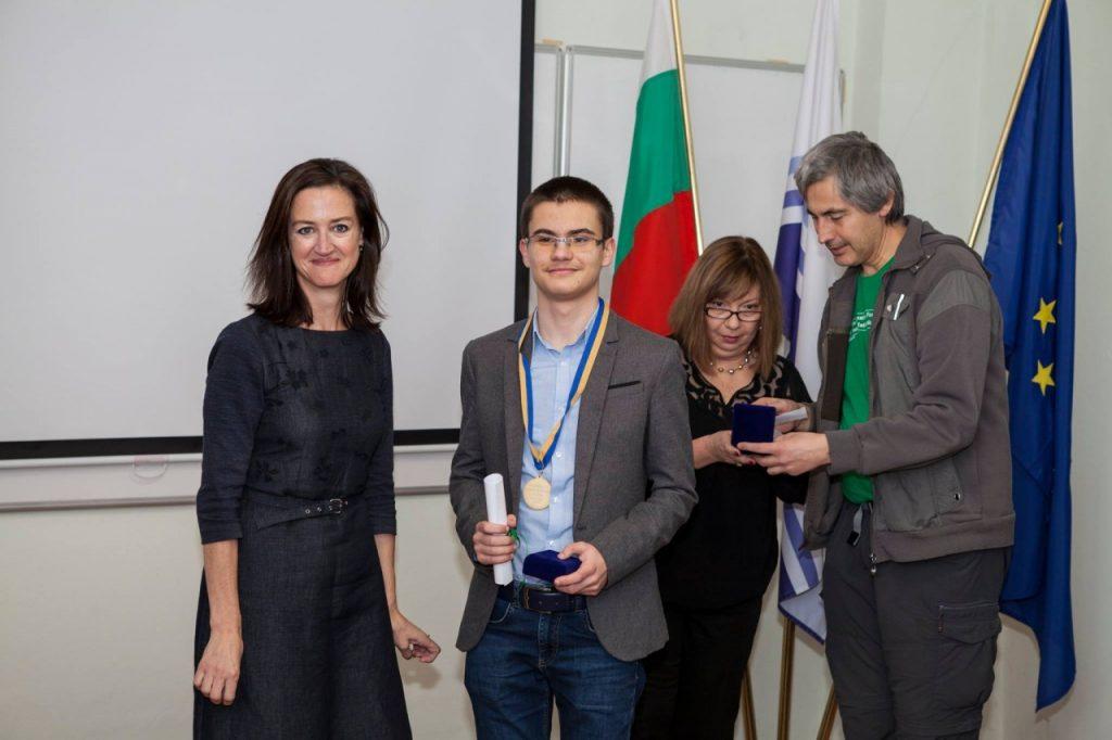 Мартин Копчев и Посланика на Австралия Кейт Лоугън при получаване на два златни медала от Австралийското математическо състезание, 28 януари 2019. Снимка: Личен архив
