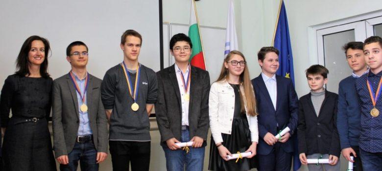 Мартин Копчев и Ясен Пенчев с отличия от Австралийското математическо състезание © mediabricks.bg