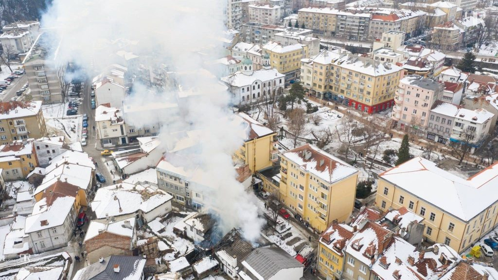 """Пожар в три къщи на ул. """"Опълченска"""" в Шести участък в Габрово, 19.01.2019 © Радослав Първанов"""