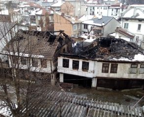"""Пожар изгори три къщи на ул. """"Опълченска"""" в Шести участък в Габрово, 19.01.2019 © Олег Цонев"""