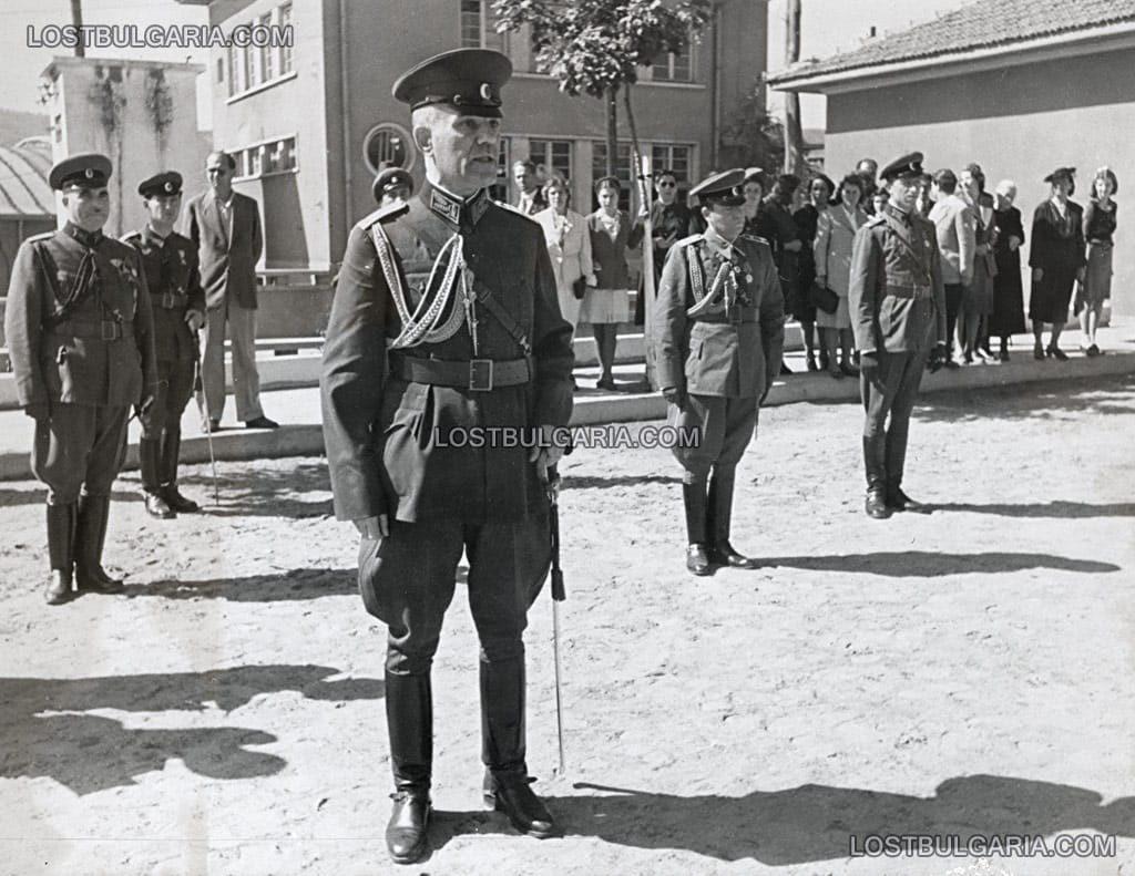 Генерал Дамян Велчев, министър на войната държи реч при посещение във военно поделение, неизвестно къде, вероятно края на 1945 г. © Снимка: Изгубената България