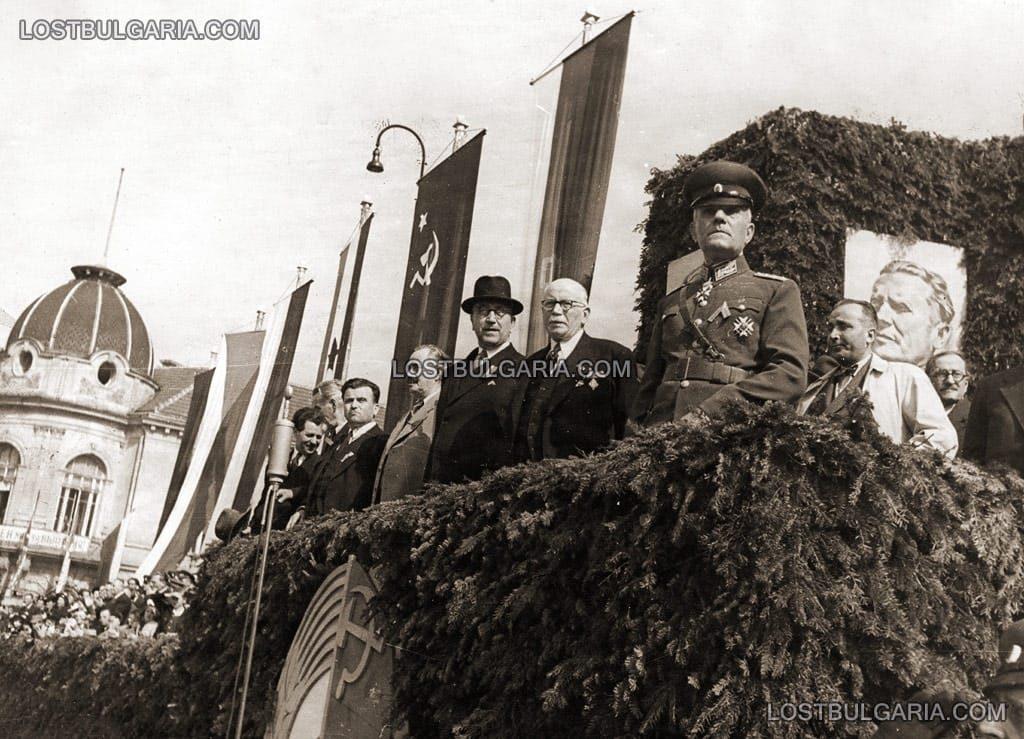 Дамян Велчев (на преден план), Кимон Георгиев, Георги Димитров и др. Митинг за обявяване на България за република, септември 1946г. © Снимка: Изгубената България