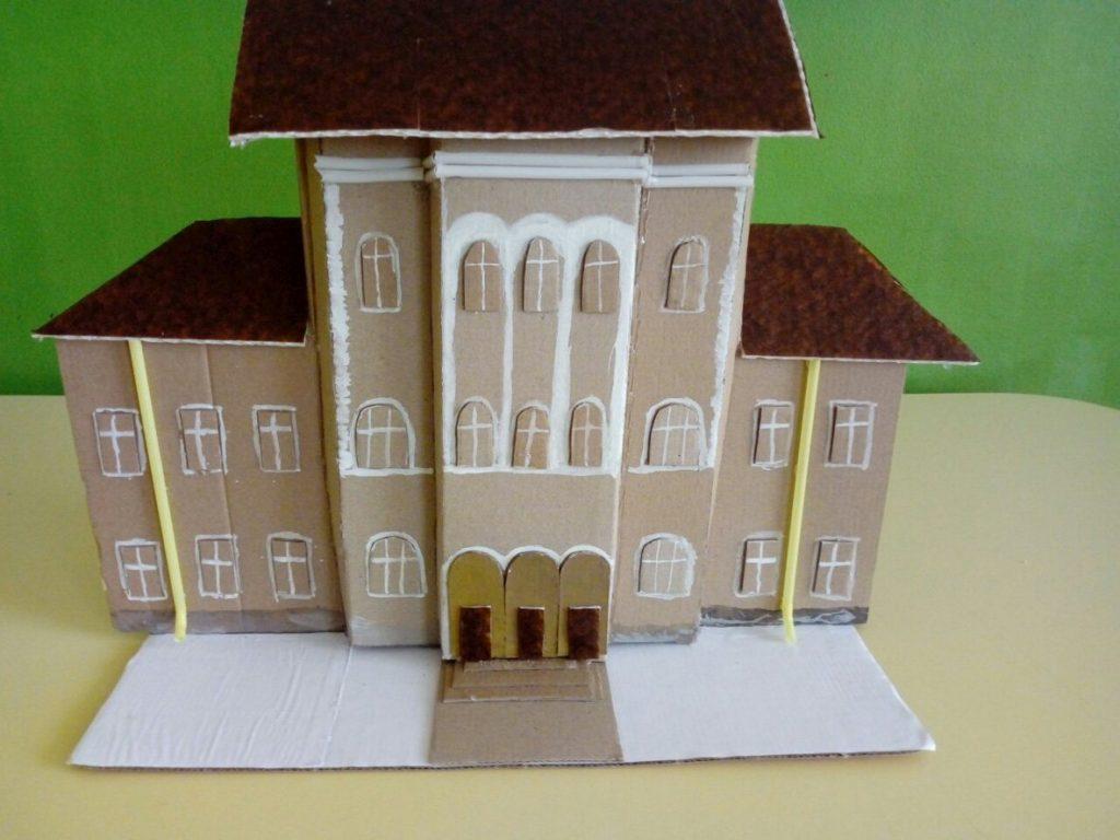 """Макет на Априловска гимназия от деца от детска градина """"Радост"""" © НМО"""