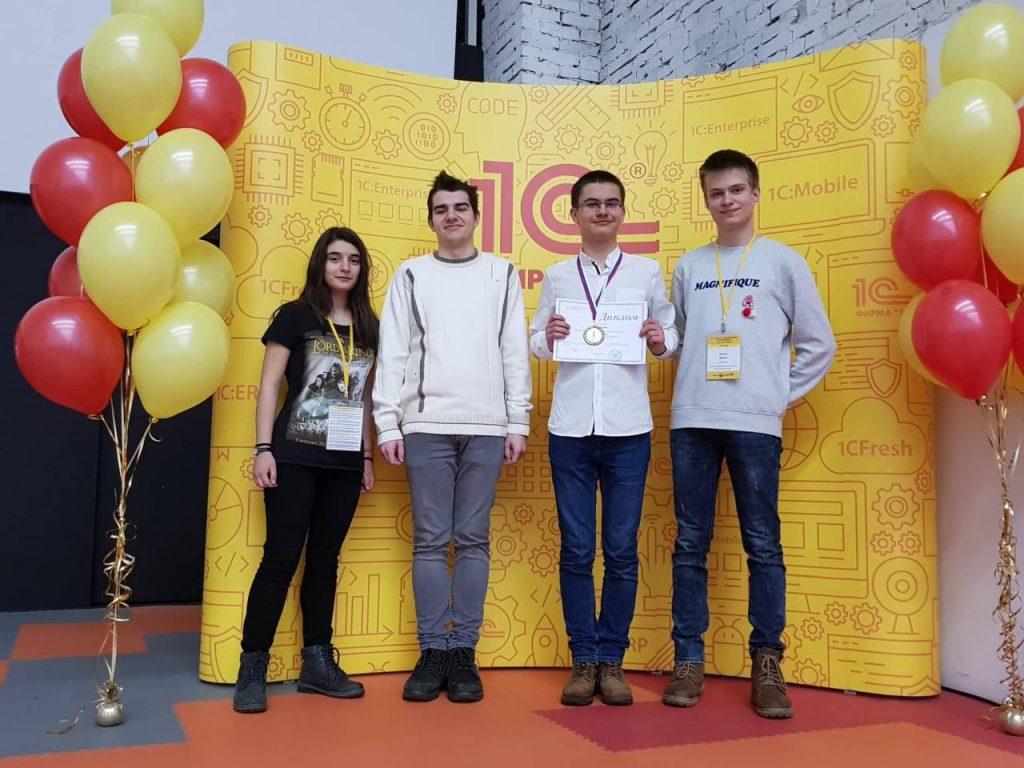 Част от финалистите на XIII Открита московска олимпиада по информатика. Снимка: Даниел Копчев