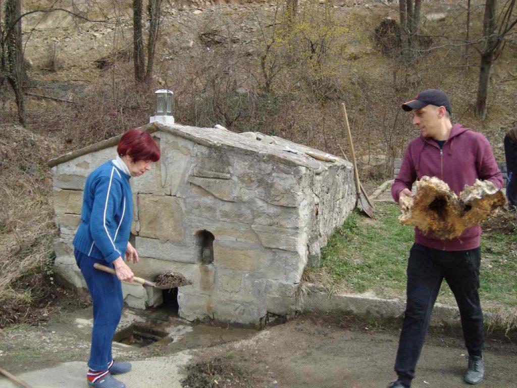 Доброволци почистват извора на Вонеща чешма. На снимката: Иванка Паричева и Иван Попов. Снимка: Тодорка Мирчева