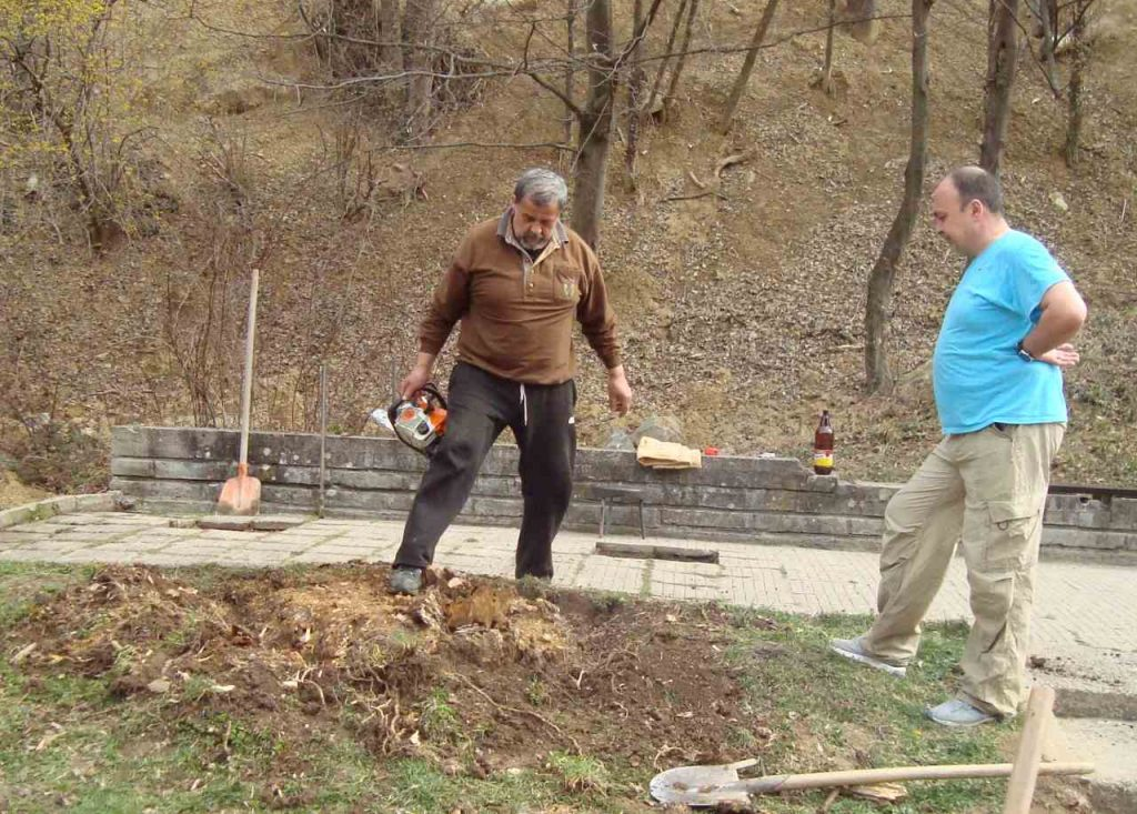 Доброволци почистват извора на Вонеща чешма. На снимката: Христо Лалев Митев (вляво) и Христо Тодоров. Снимка: Тодорка Мирчева