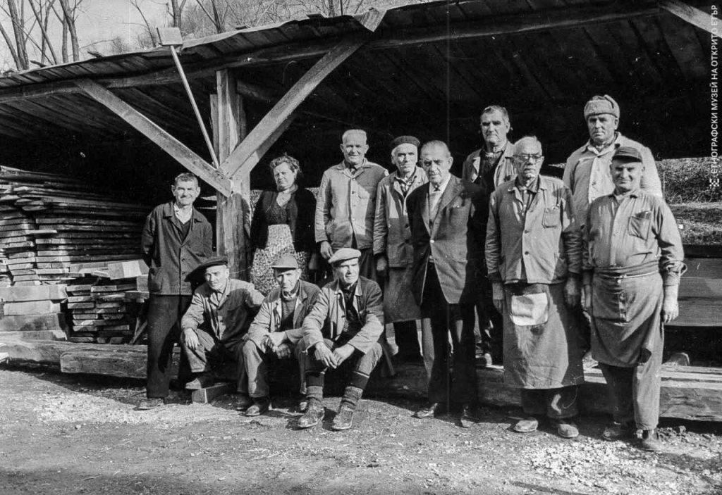 """Създателят на ЕМО """"Етър"""" Лазар Донков със строителите на музея. Снимка: Архив на ЕМО """"Етър"""""""