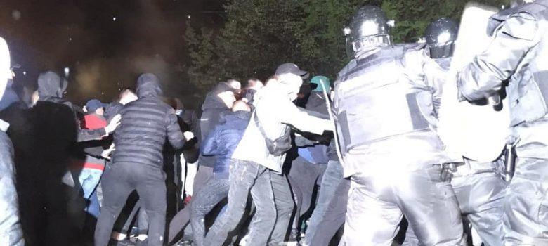 Сблъсъци между протестиращи и жандармерия в Габрово, 11.04.2019. Снимка: фб страница Мартин Карбовски