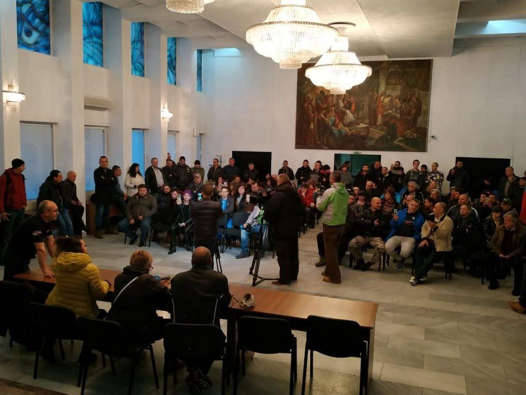 Среща между протестиращи и кмета на Габрово Таня Христова в Ритуалната зала на Община Габрово, 14.04.2019 © Община Габрово