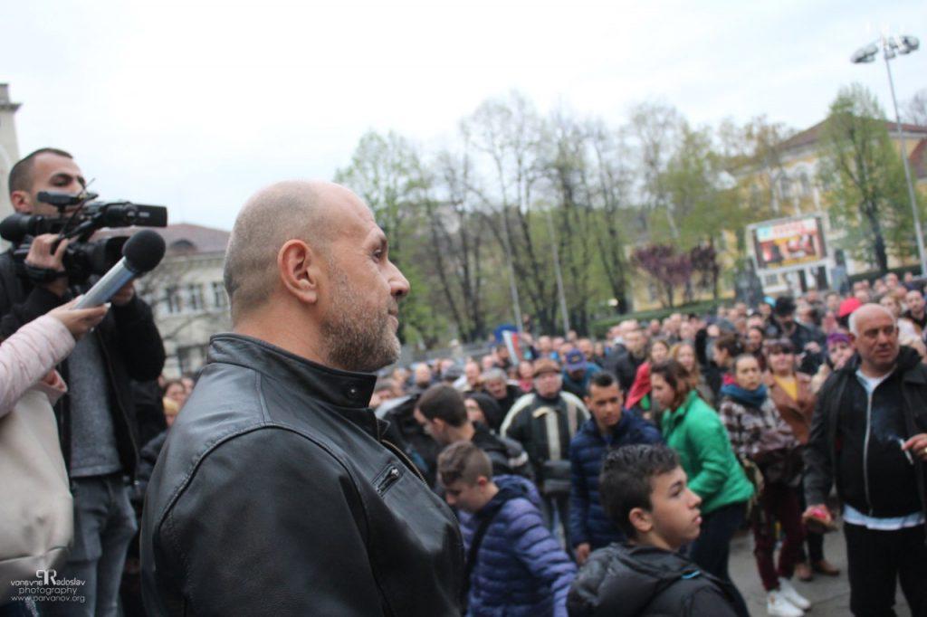"""Вицепремиерът Томислав Дончев пред протестиращите на площад """"Възраждане"""" в Габрово, 11.04.2019 © Радослав Първанов"""