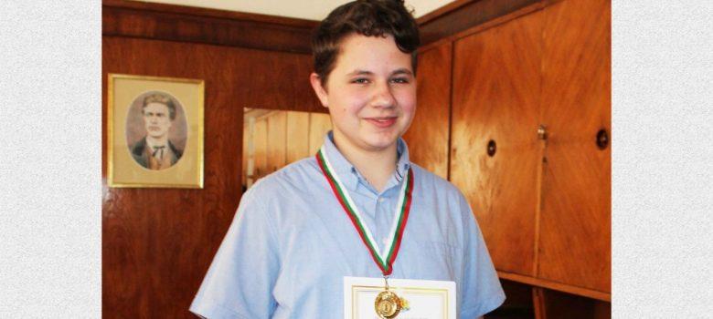 Ясен Пенчев със златен медал в националния кръг на Националната олимпиада по математика. Снимка: Личен архив